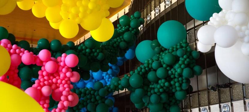 Geronimo llena el Lincoln Center con una instalación masiva de globos para elNYCB